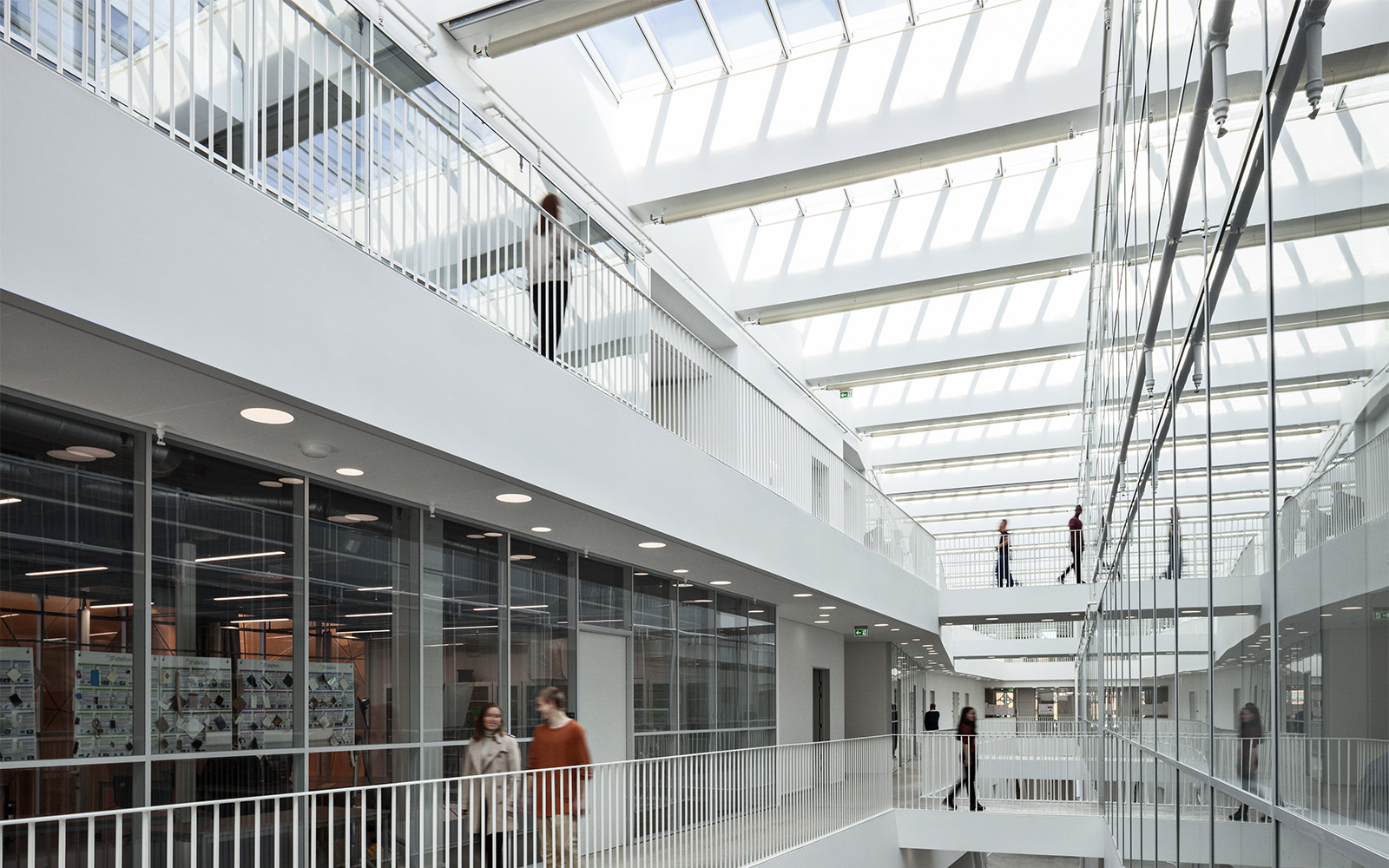 Daylight vs artificial light in school building
